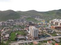 Nach einer massiven Landflucht leben nun mehr als die Hälfte der Gesamtbevölkerung der Mongolei in Ulan Bator, insgesamt 1,3 Millionen. Zwischen postsowjetischen Plattenbauten fügen sich umzäunte Jurten ein, in denen ein Großteil der Stadtbevölkerung noch lebt.