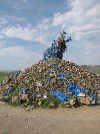 Diese werden vor allem in Tibet und der Mongolei auf Gebirgspässen errichtet. Pilger und Reisende, die einen solchen passieren beten für eine sichere Reise indem sie dreimal im Uhrzeigersinn um den Steinhaufen gehen und Steine von Unten nach Oben werfen. Opfergaben wie Tücher, Geld, Vodka und Fotografien derjenigen, die beschützt werden sollen können hier ebenfalls gefunden werden.