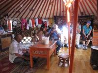 Eine Einladung von Nomaden- Nachdem das Wetter nicht mitspielte, konnten wir Unterschlupf bei einer Nomadenfamilie finden und gleich ein bisschen Tradition schmecken- Airag (oder russisch Кумыс)- vergorene Stutenmilch. Durchaus gewöhnungsbedürftig ;)