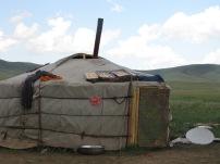 Immer wieder treffen wir auf unserer Reise Nomaden, die wir nach dem Weg fragen. Manchmal halten wir auch bloß zum Plaudern- natürlich geht das nur mit der Hilfe von Jaggi, der als Übersetzer dient.