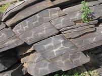 Solche Felsmalereien kann man hier immer wieder finden. Hierzulande wird nicht sehr viel in die Erhaltung solcher Relikte investiert.