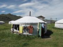 In Karakorum übernachten wir wieder in einem Jurtencamp und werden am Abend mit einem tollen Programm überrascht.