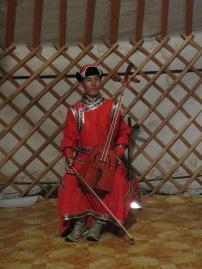 Am heutigen Abend besuchte uns eine traditionelle Musikgruppe, Musikstudenten, die die mongolische Gesangs- und Musizierkunst Reisenden vorführen und ihr Studiengeld etwas aufbessern. Hier im Bild ist die traditionelle Pferdekopfgeige.